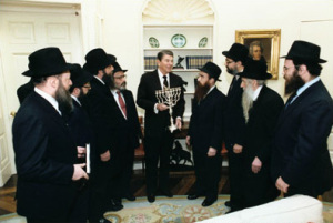 Reagan_receives_menorah_1986